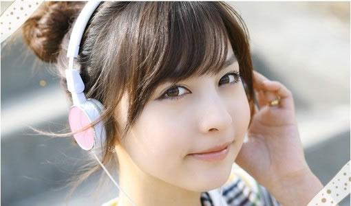 戴耳机情侣头像_音乐空间图片:戴着耳机听音乐的美女,好看的空间图片